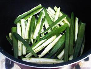 bhindi-strips-cooking