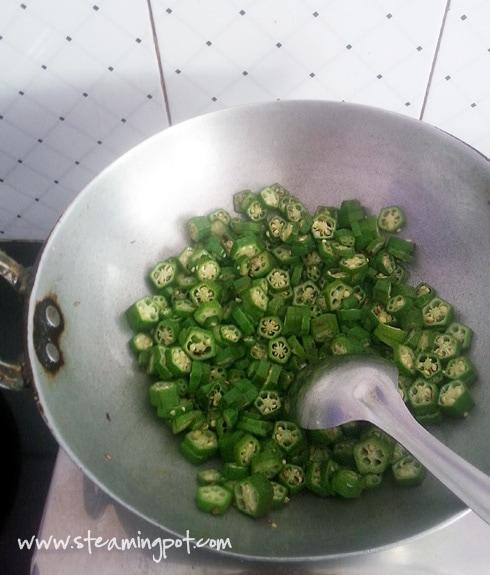 Bhindi Bhujiya Besanwali, Cooking